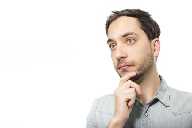 Un homme envisageant son diagnostic de cancer de la prostate
